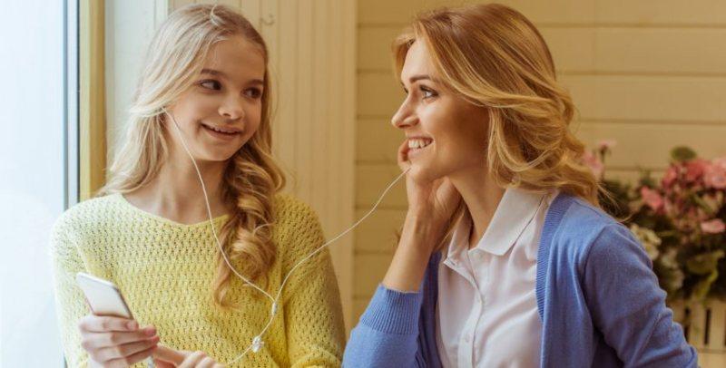 ماذا يحدث عند تبادل سماعات الاذن مع اصدقائك - STJEGYPT